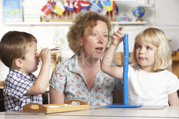 Adulto ajuda dois jovem crianças mulher Foto stock © monkey_business