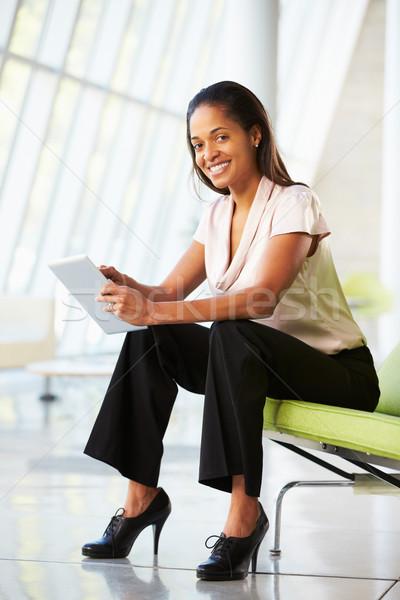 Femme d'affaires séance modernes bureau numérique comprimé Photo stock © monkey_business