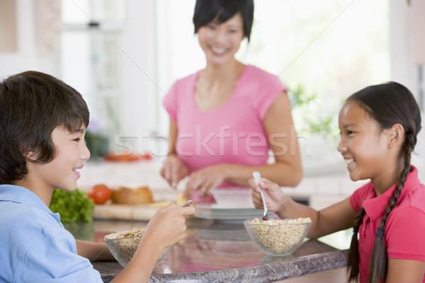 Gyerekek élvezi reggeli anya ételt készít étel Stock fotó © monkey_business