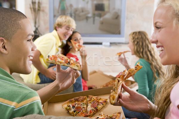Adolescentes enforcamento fora televisão alimentação pizza Foto stock © monkey_business