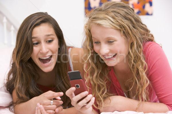 Сток-фото: кровать · мобильного · телефона · друзей · девочек · весело