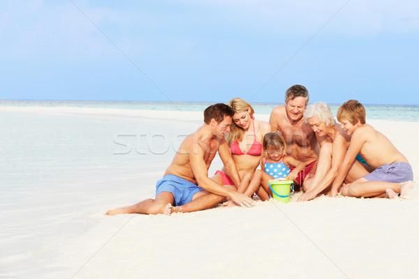Többgenerációs család szórakozás tengerparti nyaralás nő tengerpart család Stock fotó © monkey_business