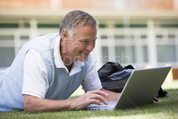 Foto d'archivio: Uomo · utilizzando · il · computer · portatile · erba · campus · studente · tecnologia