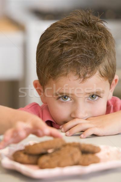 Stock fotó: Fiatal · srác · konyha · eszik · sütik · fiú · elvesz