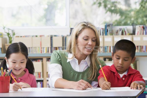 Foto stock: Kindergarten · maestro · ayudar · estudiantes · escrito