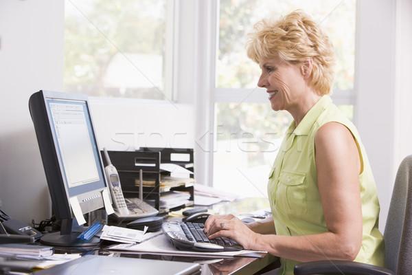 Donna home office computer donna sorridente sorridere ufficio Foto d'archivio © monkey_business