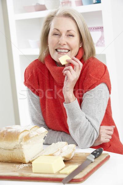 старший женщину сэндвич кухне счастливым Сток-фото © monkey_business