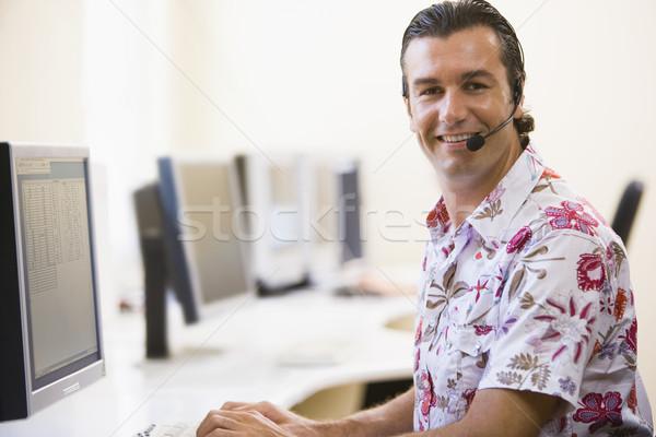 Man hoofdtelefoon computerruimte glimlachend kantoor Stockfoto © monkey_business