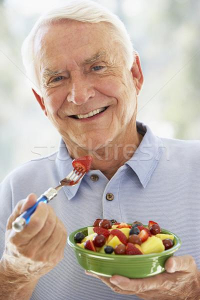 Foto stock: Senior · homem · alimentação · frutas · frescas · salada · retrato