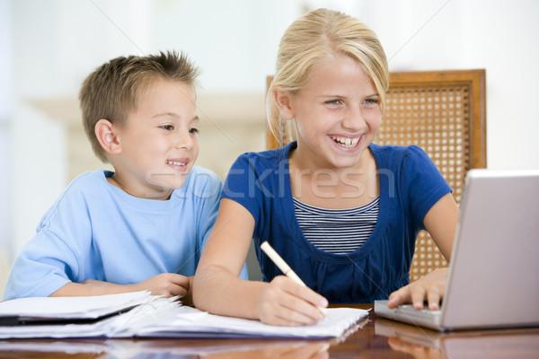 ストックフォト: 2 · 小さな · 子供 · ノートパソコン · 宿題 · ダイニングルーム