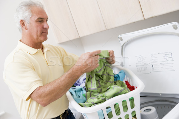 Homme lecture lavage directives maison buanderie Photo stock © monkey_business