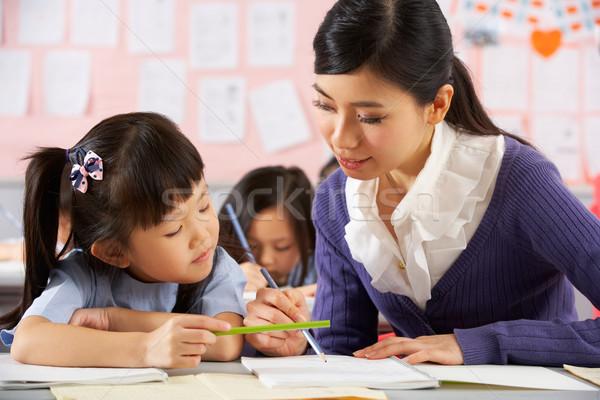 Maestro ayudar estudiante de trabajo escritorio chino Foto stock © monkey_business