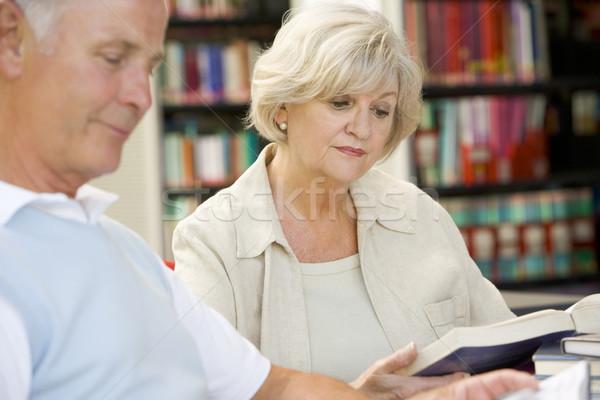 Estudiantes adultos lectura biblioteca mujer educación Universidad Foto stock © monkey_business