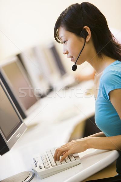 Vrouw hoofdtelefoon vergadering computerruimte typen Stockfoto © monkey_business