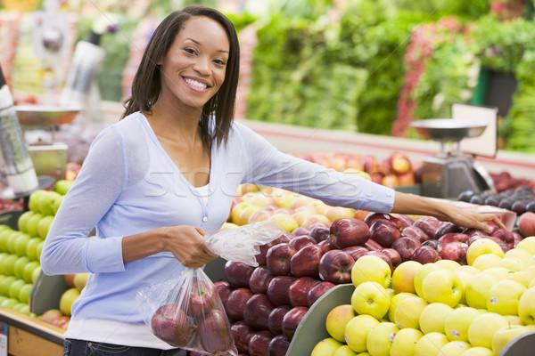 Donna shopping produrre dipartimento supermercato alimentare Foto d'archivio © monkey_business