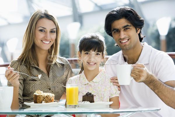 Aile yeme kek kafe bakıyor Stok fotoğraf © monkey_business
