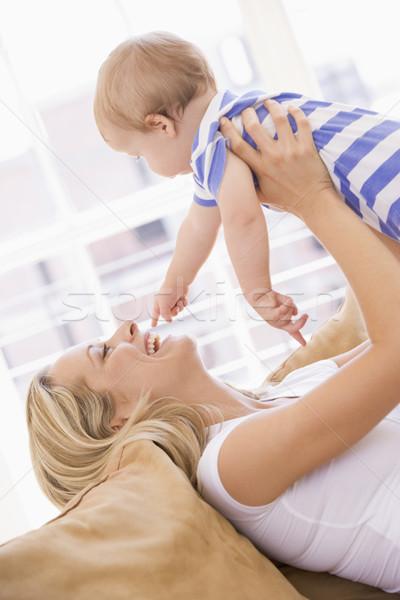 Foto stock: Mãe · sala · de · estar · bebê · sorridente · menina