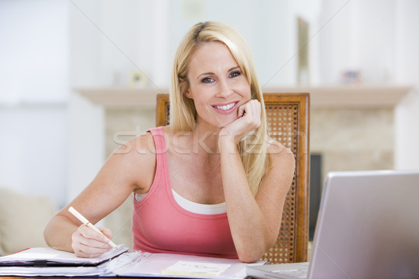 Kadın yemek odası dizüstü bilgisayar gülümseyen kadın gülen bilgisayar Stok fotoğraf © monkey_business