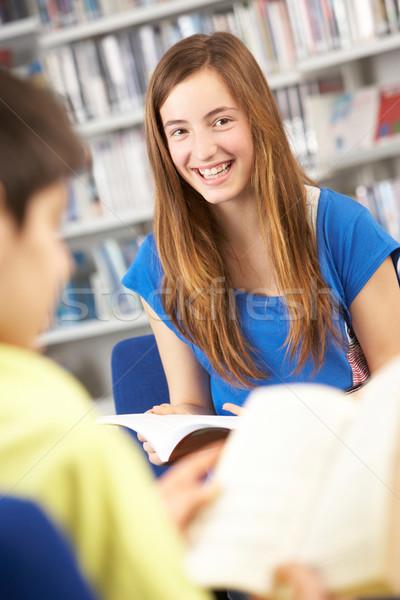 Stok fotoğraf: Kadın · öğrenci · kütüphane · okuma · kitap