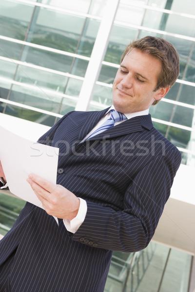 Zakenman permanente buitenshuis naar papierwerk business Stockfoto © monkey_business