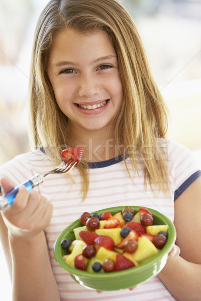 Jong meisje eten vers fruit salade meisje kind Stockfoto © monkey_business