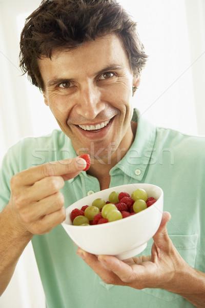 ストックフォト: 成人 · 男 · 食べ · 新鮮果物 · 食品 · ホーム