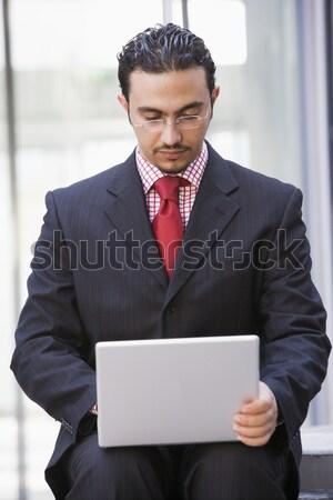 Сток-фото: бизнесмен · используя · ноутбук · за · пределами · служба · город · рабочих