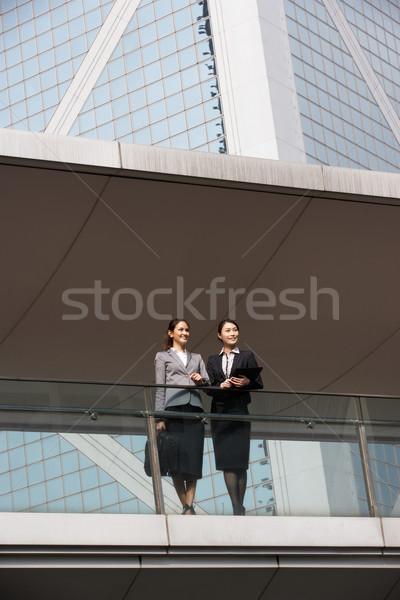 Photo stock: Deux · affaires · discussion · à · l'extérieur · immeuble · de · bureaux · affaires