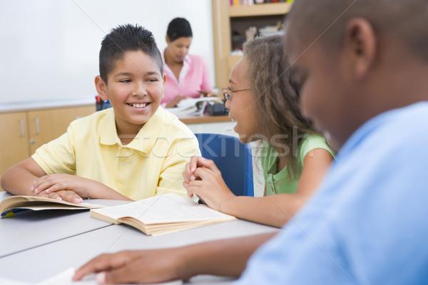 Szkoła podstawowa klasie grupy uczniowie czytania książek Zdjęcia stock © monkey_business