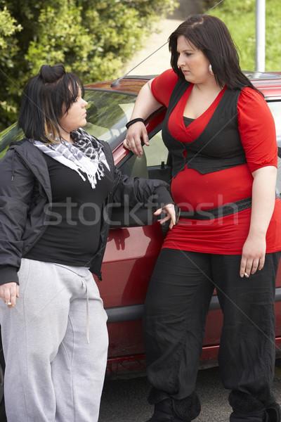 Kettő fiatal nő áll autó utca barátok Stock fotó © monkey_business