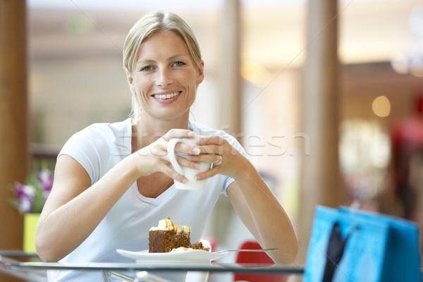 Foto stock: Mulher · alimentação · peça · bolo · shopping · comida