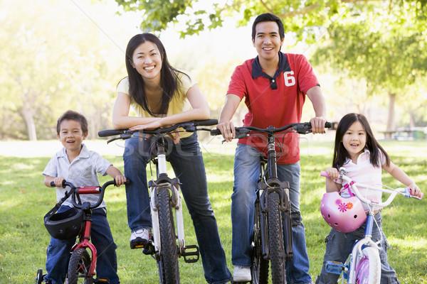Сток-фото: семьи · велосипедах · улице · улыбаясь · человека · ребенка