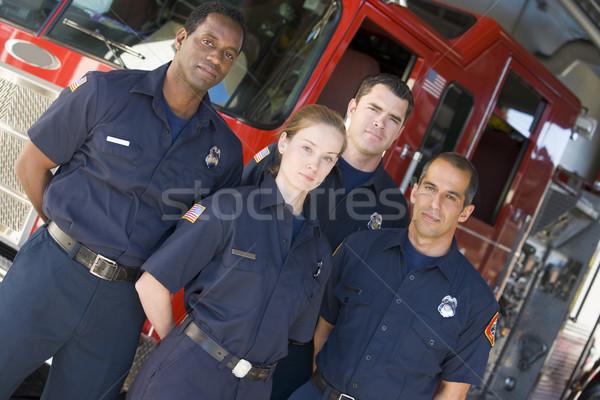 Portret strażacy stałego pompa strażacka ognia zespołu Zdjęcia stock © monkey_business