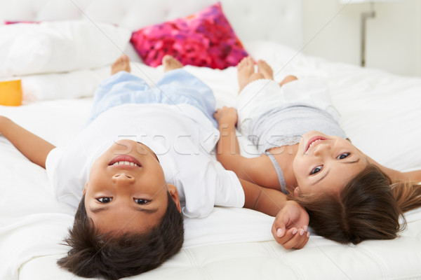 Gyerekek fejjel lefelé ágy pizsama együtt lány Stock fotó © monkey_business