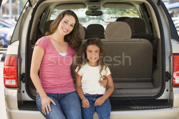 Femme jeune fille séance Retour van femme souriante Photo stock © monkey_business