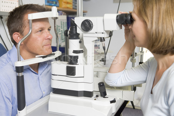 Optometrist examen kamer man stoel vrouw Stockfoto © monkey_business