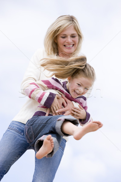Foto stock: Mãe · filha · jogar · praia · sorridente · criança