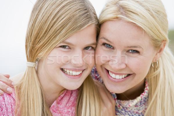 ストックフォト: 母親 · 娘 · ビーチ · 笑みを浮かべて · 子供 · 愛