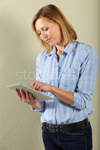 Stúdiófelvétel középkorú nő táblagép számítógép nő kommunikáció Stock fotó © monkey_business