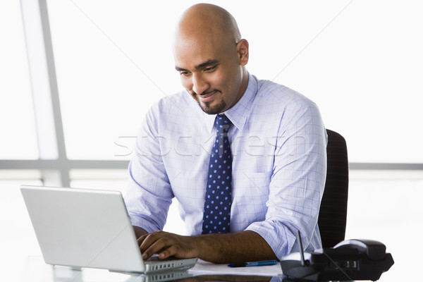 Zakenman werken laptop kantoor man stad Stockfoto © monkey_business