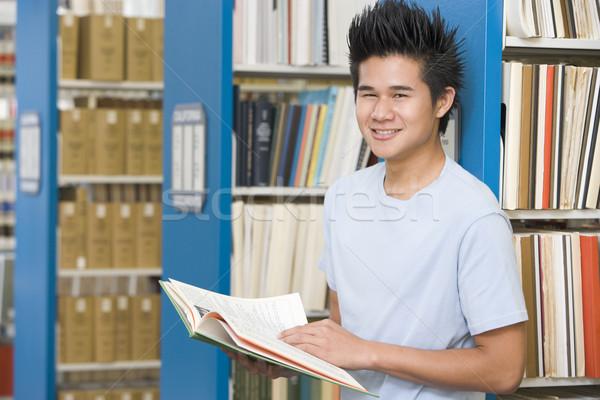 Egyetemi hallgató dolgozik könyvtár olvas könyv férfi Stock fotó © monkey_business