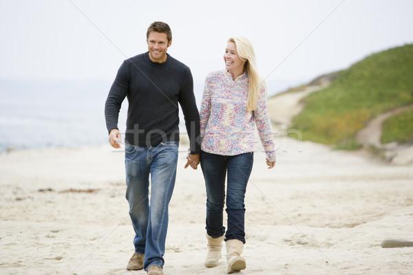 Zdjęcia stock: Para · spaceru · plaży · trzymając · się · za · ręce · uśmiechnięty · człowiek