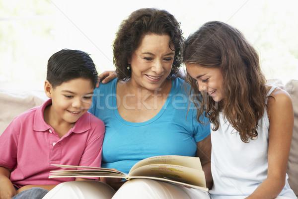 Stok fotoğraf: Büyükanne · okuma · torunlar · ev · birlikte · aile
