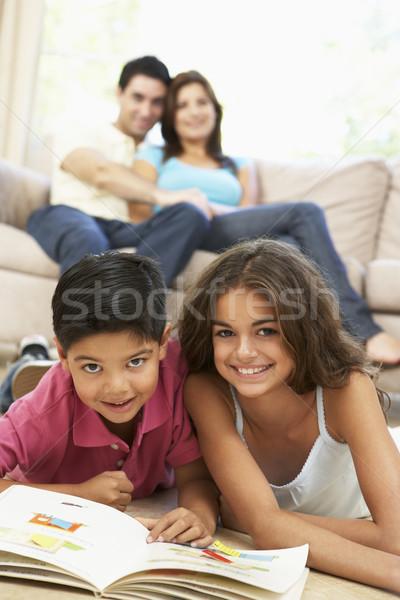 Foto stock: Crianças · leitura · livro · casa · família · homem
