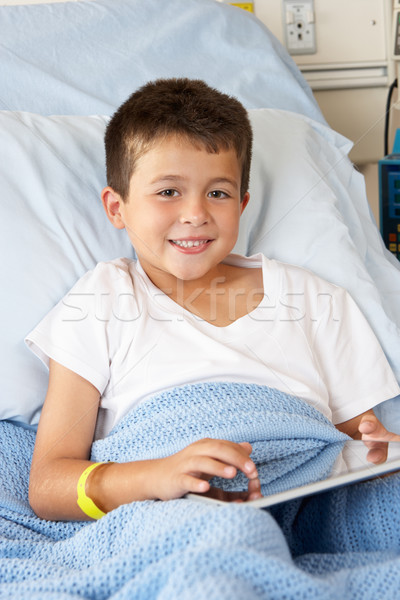 Menino relaxante cama de hospital digital comprimido crianças Foto stock © monkey_business