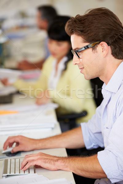Man werken bureau drukke creatieve kantoor Stockfoto © monkey_business