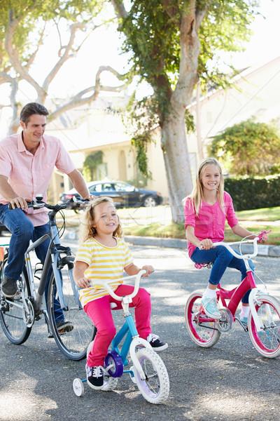 Familia ciclismo suburbano calle nina carretera Foto stock © monkey_business
