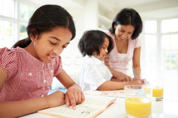 Madre ayudar ninos deberes mujer escuela Foto stock © monkey_business