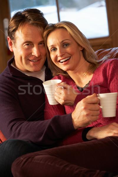 Stok fotoğraf: Orta · yaşlı · çift · oturma · kanepe · sıcak · içecekler