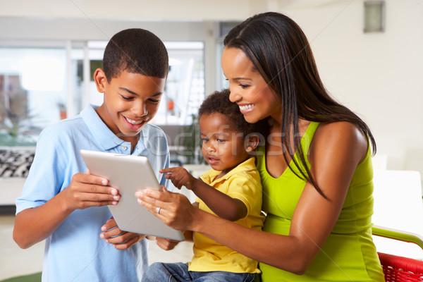 Foto stock: Mãe · crianças · digital · comprimido · cozinha · juntos